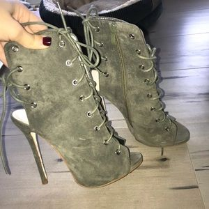 Shoes - Lac up dark green ankle booties